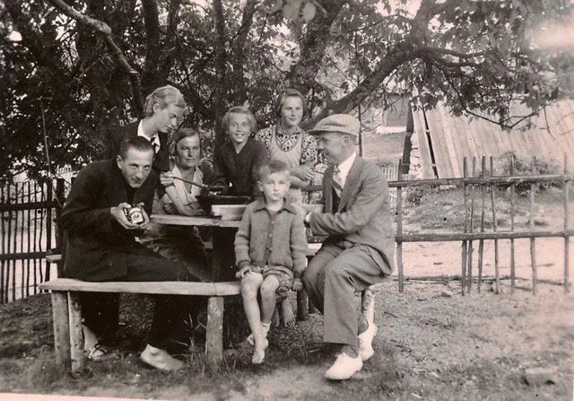 1937: fotoaparaadiga metsnik Paul Küüts, Helga Jõger, Anna, Helve ja Heino Pilk
