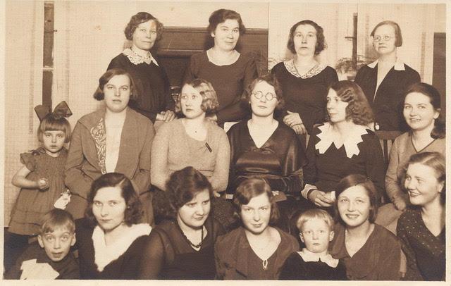 Laulukoori liikmed 1930: kolmandas reas paremalt esimene Auguste Luther, teises reas paremalt esimene Johanna Schmidt, kolmas Resiida Ploompuu, viies Anna Pilk tütar Helvega, esireas paremalt teine ja kolmas õed Helga ja Alice Luther venna Holgeriga, viies Britta Sarapuu poeg Endliga