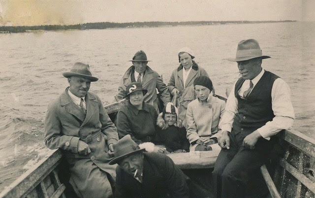 Linnaminek 1932: keskel istuvad Johannes Pilk naise Anna, tütar Helve ja sugulase Helga Jõgeriga; taga istuvad Olga ja Oskar Viliberg