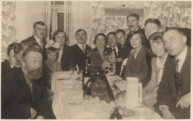 Põhjaküla rahvas pidulaua taga 1929: laua otsas vasakul Johannes Pilk naise Anna ja tütar Helvega