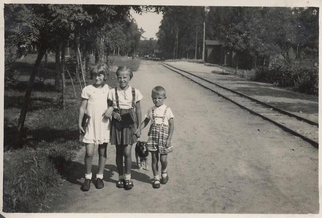 Põhjaküla teel ääres 1937: Astrid Ploompuu, õde-vend Helve ja Heino Pilk